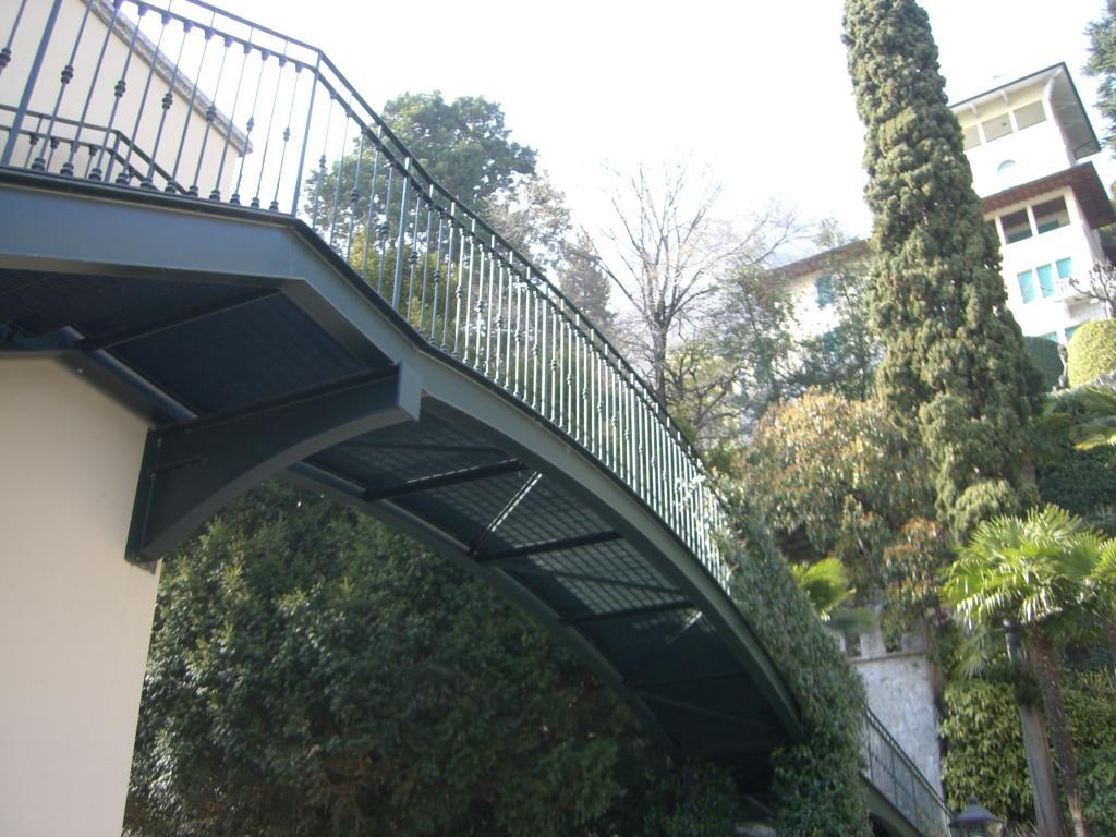 Realizzazione e posa di passerella per villa privata a Laglio