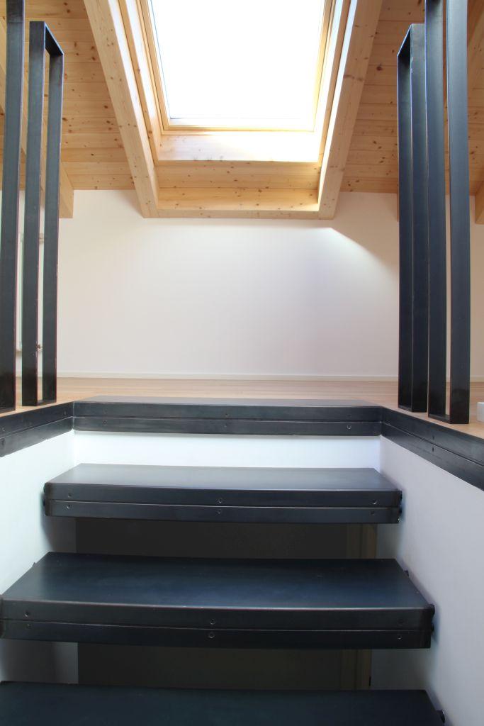 Scala interna di una villetta privata sul Lago di Como completamente in ferro